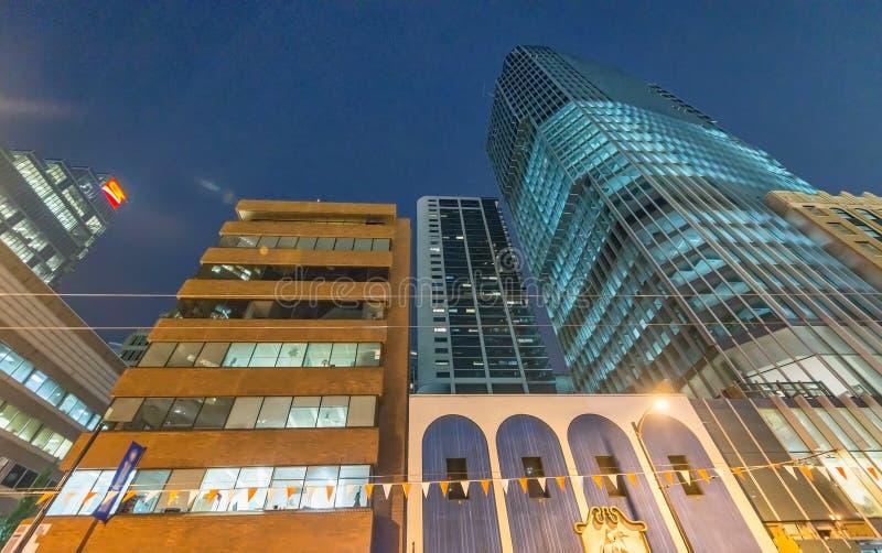 Stadsgator och byggnader på natten, Vancouver royaltyfria bilder