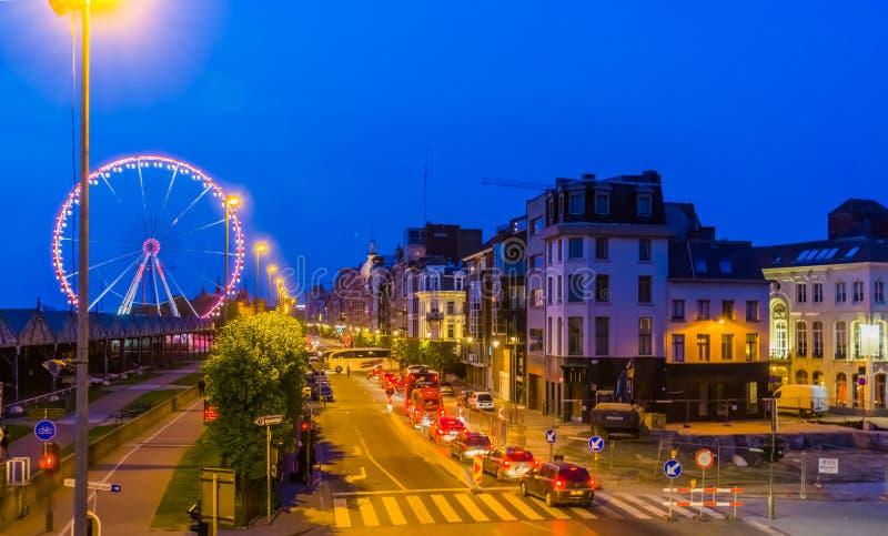 Stadsgatorna på den flemish kajen av den antwerp staden som tänds vid natten, bilar på vägen, antwerpen, Belgien, april 23, 2019 royaltyfri bild