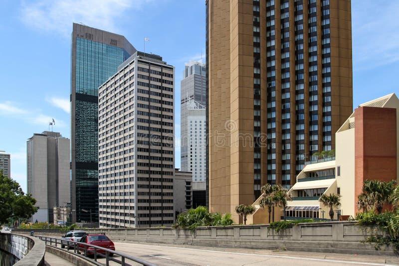 Stadsgebouwen met een Snelweg stock afbeeldingen