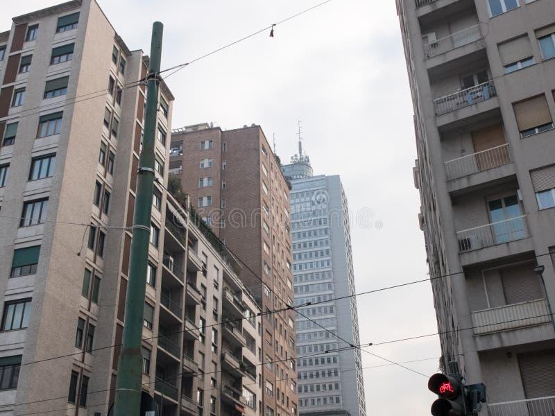 Stadsgenomskärning och höga löneförhöjningbyggnader royaltyfria foton