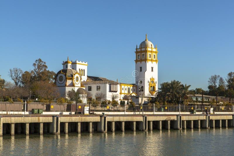 stadsguadalquivir var den viktiga juli landmarken 2012, när fotografifloden kör den riktiga seville spain fortfarande tagna touri royaltyfria foton