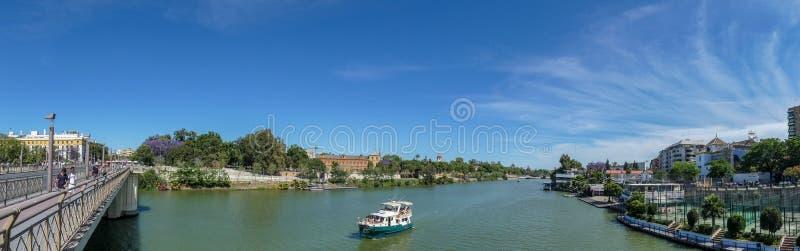 stadsguadalquivir var den viktiga juli landmarken 2012, n?r fotografifloden k?r den riktiga seville spain fortfarande tagna touri arkivbild