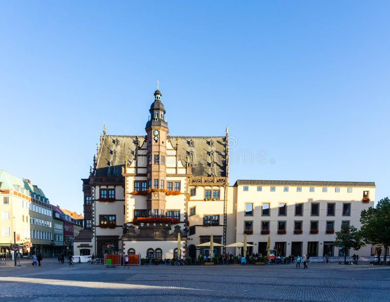 Stadshallen och marknadstorget med gjuteri i Schweinfurt Bayern Tyskland arkivfoto