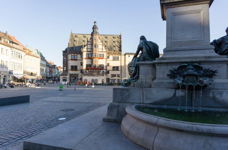 Stadshallen och marknadstorget med gjuteri i Schweinfurt Bayern Tyskland royaltyfri bild