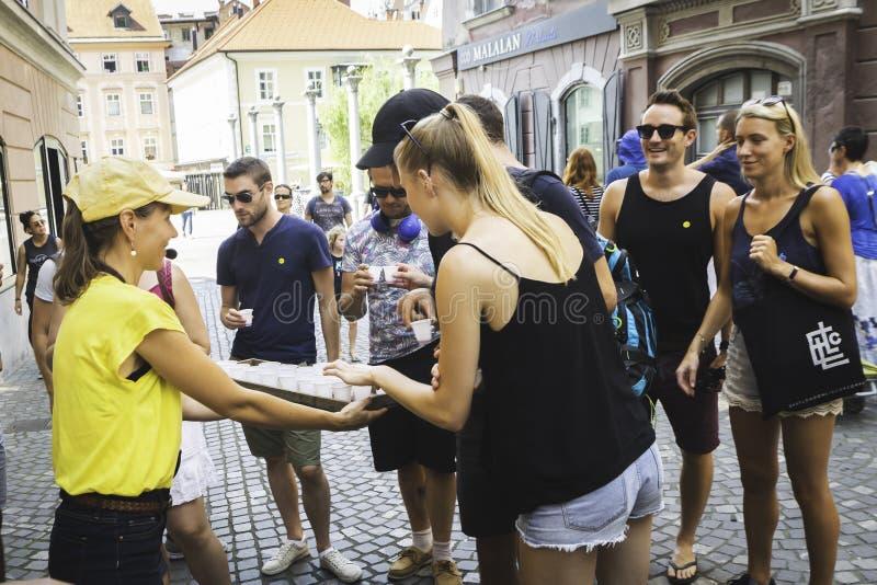 Stadshandböcker och att gå turnerar i Ljubliana, Europa royaltyfri fotografi