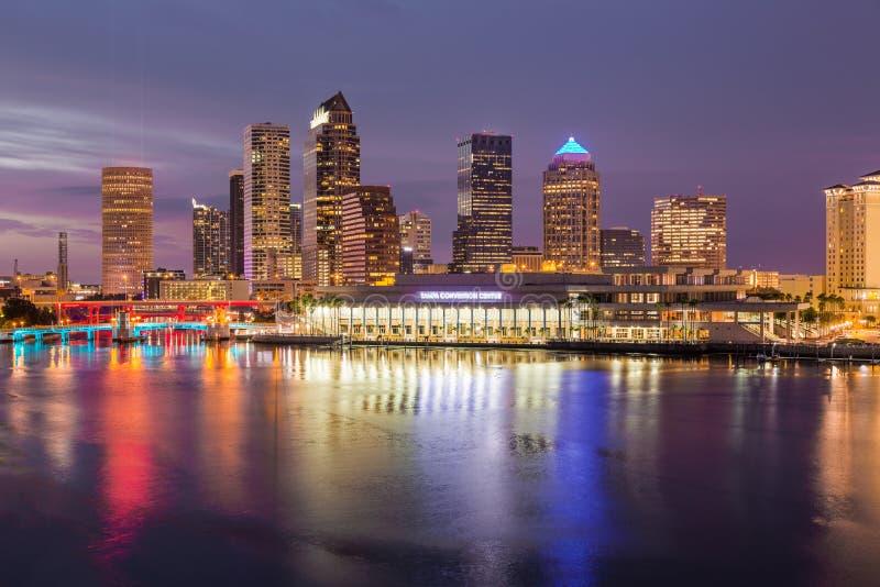 Stadshorisont av Tampa Florida på solnedgången arkivbilder