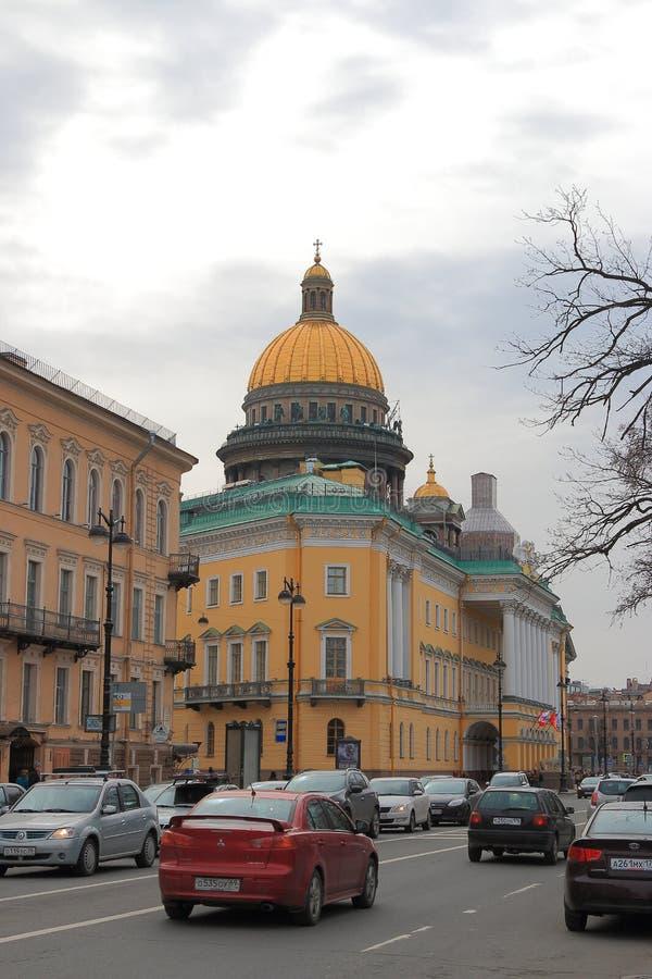Stadshorisont med kupolen av domkyrkan för St Isaacs royaltyfria foton