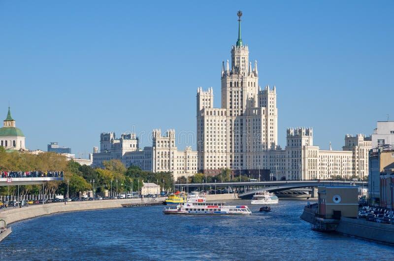Stadshorisont med sikter av skyskrapan för Stalin ` s, Moskva, Ryssland royaltyfria bilder