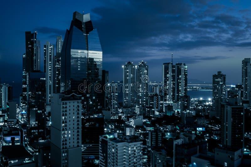 Stadshorisont på natten - moderna kontorsbyggnader i affärsområde royaltyfri foto