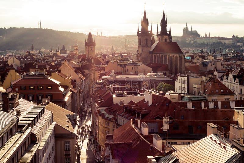 Stadshorisont på skymningen Prague tjeckisk republik royaltyfri bild