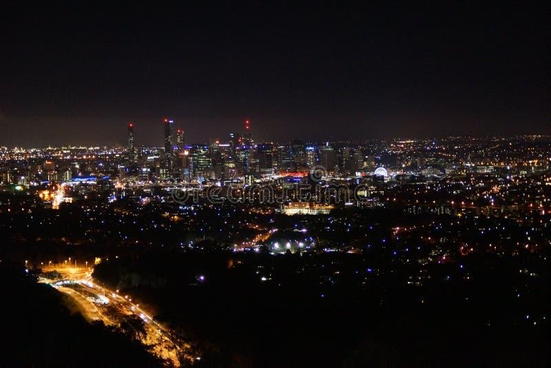 Stadshorisont vid natt arkivbilder