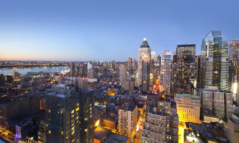Stadshorisontlampor på solnedgången arkivbilder
