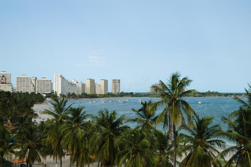Stadshorisontsikt framme av havet arkivfoto