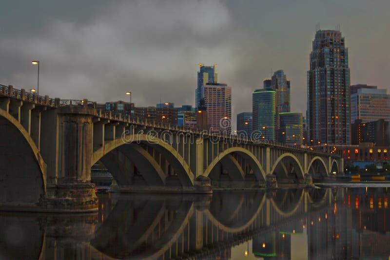 Stadshorizon bij nacht stock afbeeldingen