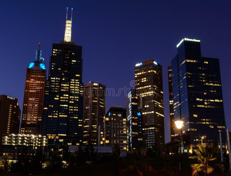 stadshorizon bij nacht stock foto's