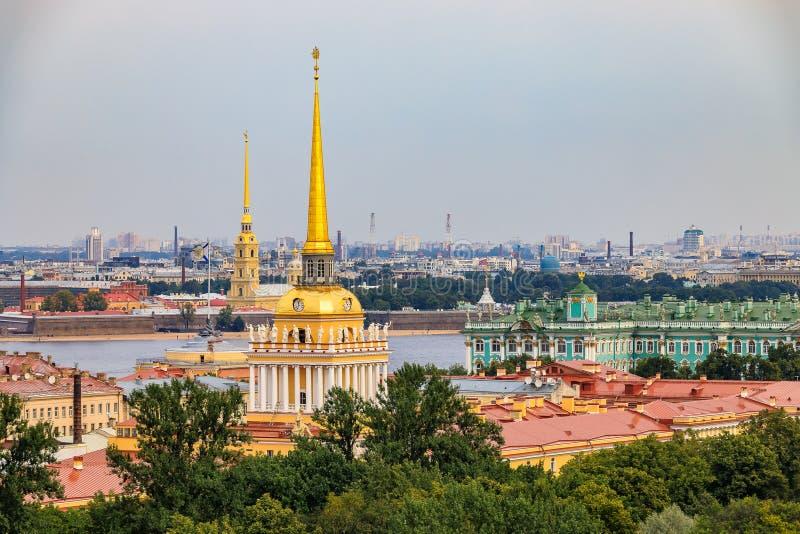 Stadshorizon met het de spits van Admiraliteit, Peter en Paul Fortress, de rivier Neva en Paleis van de Kluiswinter in Heilige Pe royalty-vrije stock fotografie