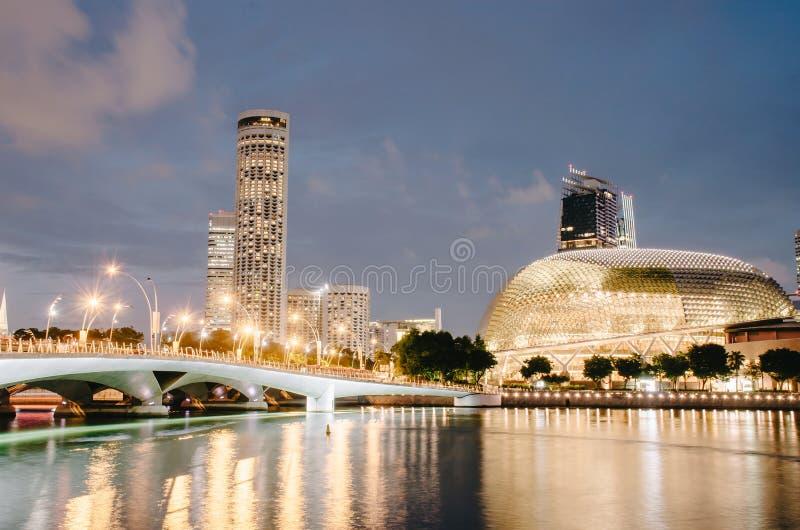 Stadshorizon met Promenadetheater en brug met de rivierdijk van Singapore bij nacht in Jachthavenbaai, Singapore stock afbeelding
