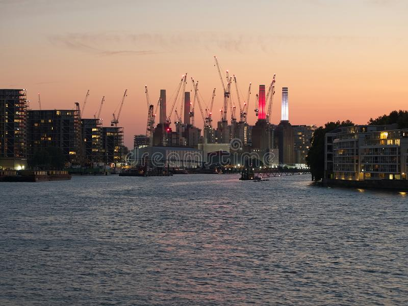 Stadshorizon van Londen bij schemer stock afbeelding