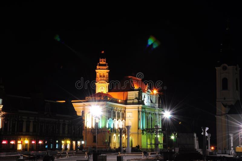 Stadshus av den Oradea transilvaniaen i natten fotografering för bildbyråer