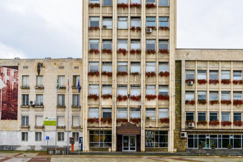 Stadshus av Gabrovo, Bulgarien, regnig dag arkivbild
