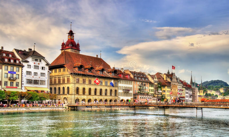 Stadshus av Lucerne längs floden Reuss, Schweiz arkivbild