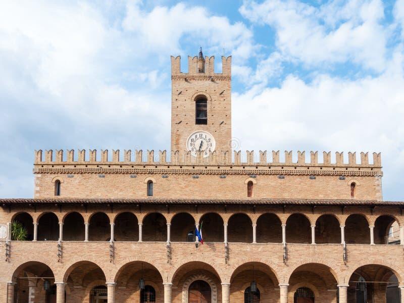 stadshus för klockatorn av Urbisaglia Marche Italien arkivbilder