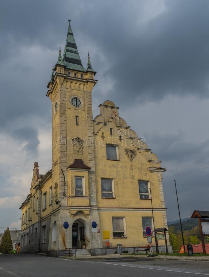 Stadshus i den Branna staden i molnig dag för vår royaltyfria foton