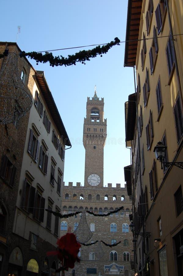 Stadshus i Florence, klockatornet Forntida byggnader med slutare på fönstren royaltyfri fotografi