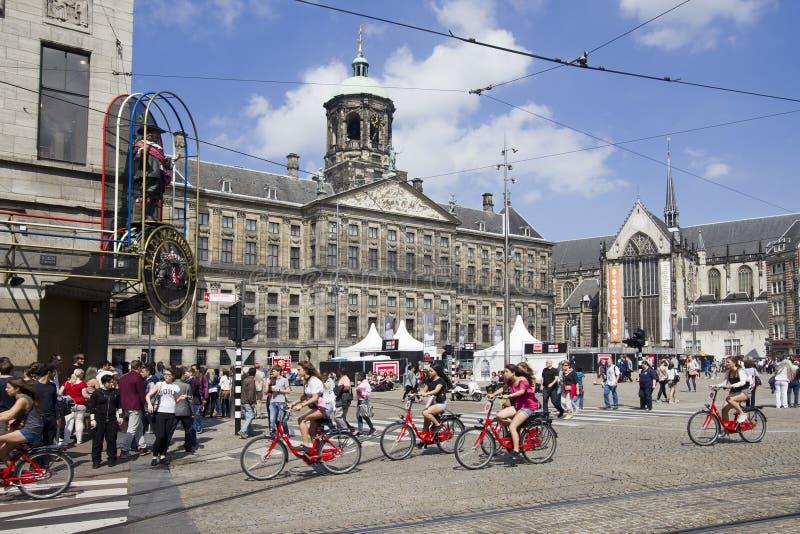Stadshus och madam Tussauds på fördämningfyrkant i Amsterdam, Hollan royaltyfri fotografi