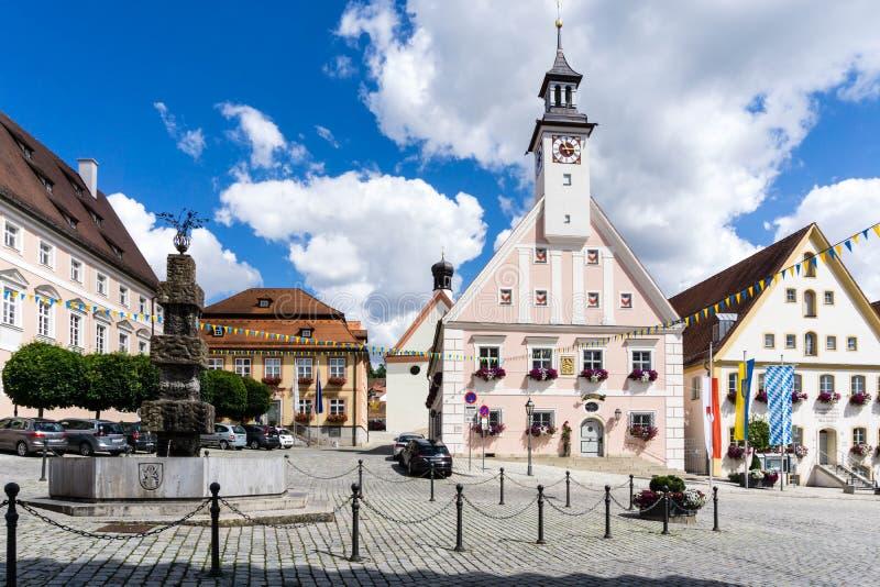 Stadshus- och marknadsfyrkant i Gredingen Bayern royaltyfria bilder