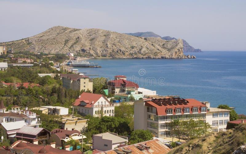 Stadshus på kusten av Sudak skäller Sikt med berget royaltyfri bild