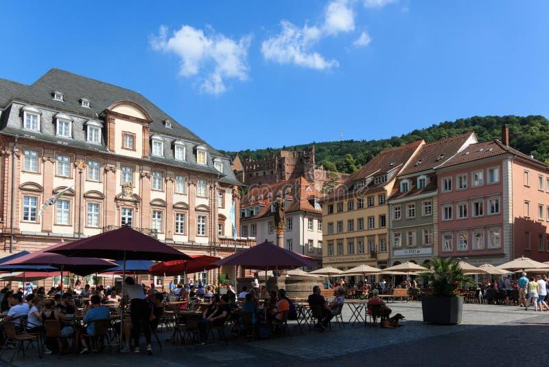 Stadshus på marknadsfyrkanten i Heidelberg med slotten i bakgrunden, Baden-Wurttemberg, Tyskland royaltyfri bild
