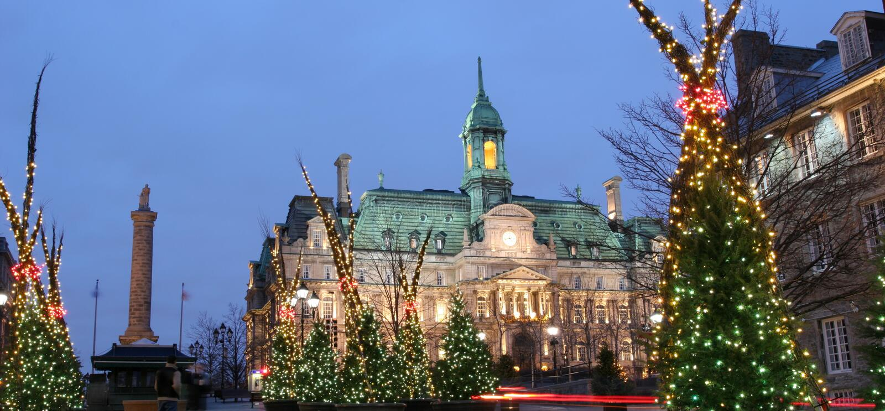 Stadshus på Montreal på skymning i vinter arkivfoton