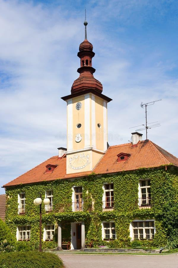 Stadshus stad Petrovice, central bohemisk region, Tjeckien royaltyfri foto