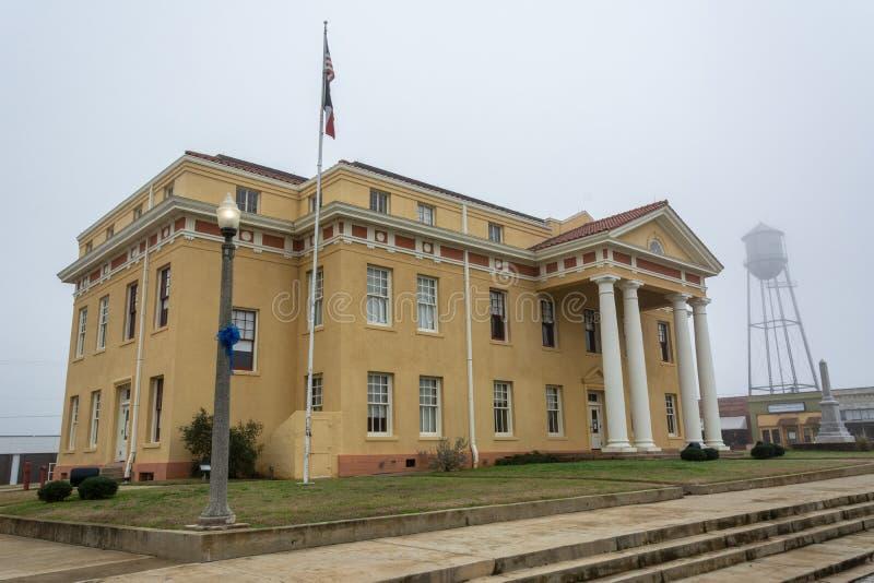 Stadshusbyggnad och vattentorn i linden, TX arkivbild