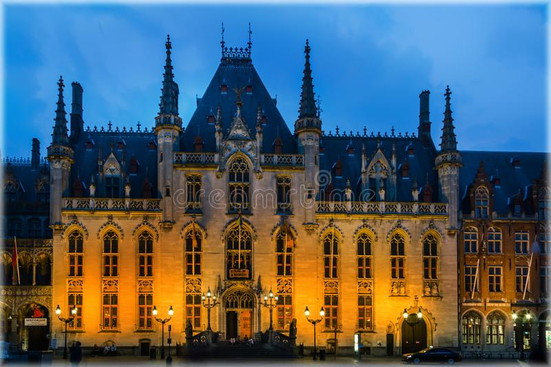 Stadshuset av Bruges, Belgien i aftonen arkivbild