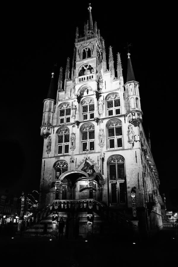 Stadshuset av gouda i Nederländerna vid natt arkivfoton