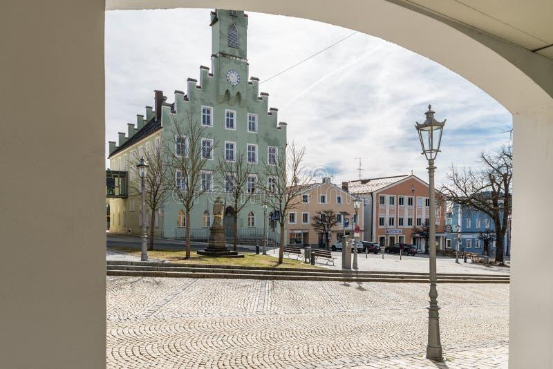 Stadshuset och stadfyrkanten i Grafenau i den bayerska skogen, Tyskland royaltyfria foton