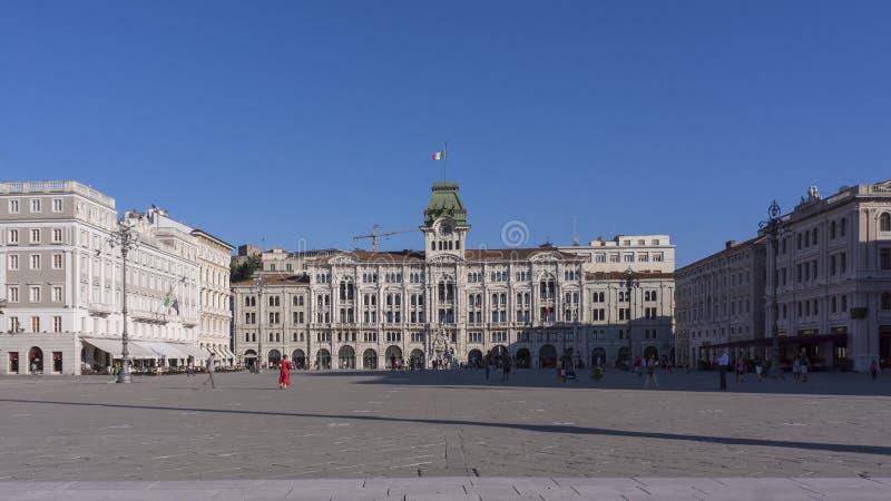 Stadshuset, Palazzo del Municipio, är den dominera byggnaden på Triestes huvudsakliga fyrkant Piazz arkivfoton