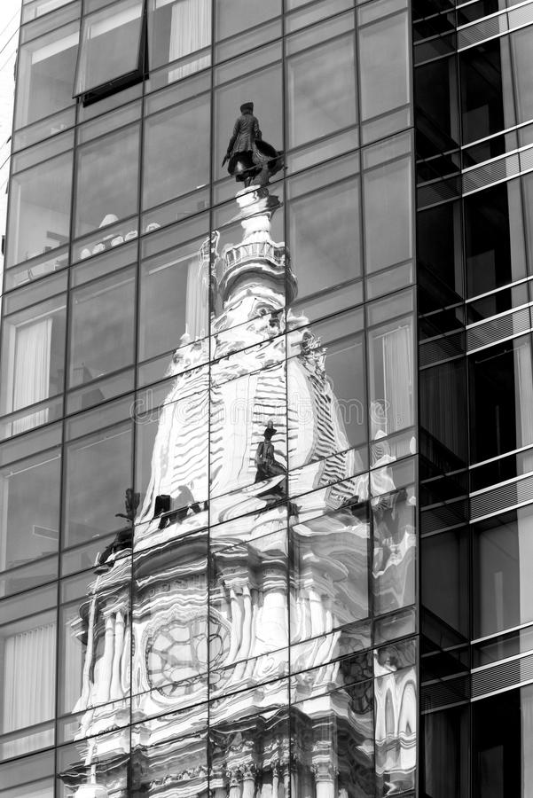 Stadshuset reflekterade i modern byggnad, Philadelphia, Pennsylvania royaltyfri fotografi