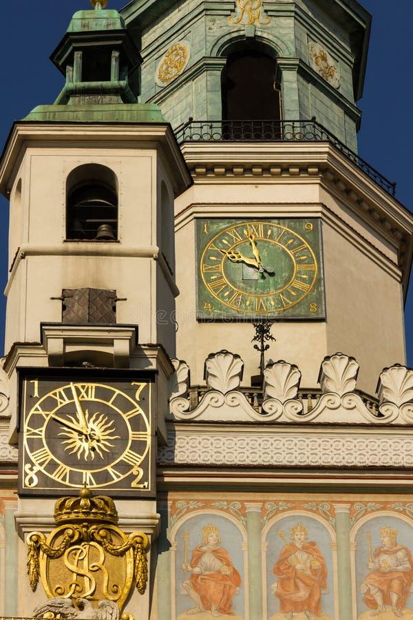 Stadshuset tar tid på står hög. Poznan. Polen arkivfoton