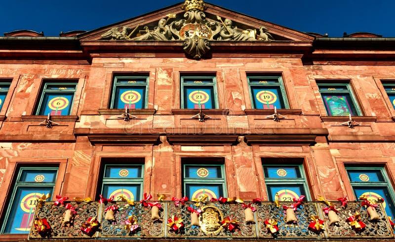 Stadshusfönster i Hanau som en julkalender, Tyskland royaltyfri fotografi