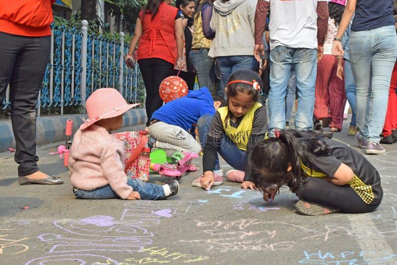 Stadsjonge geitjes die en pret trekken hebben bij Parkstraat, Kolkata stock foto's