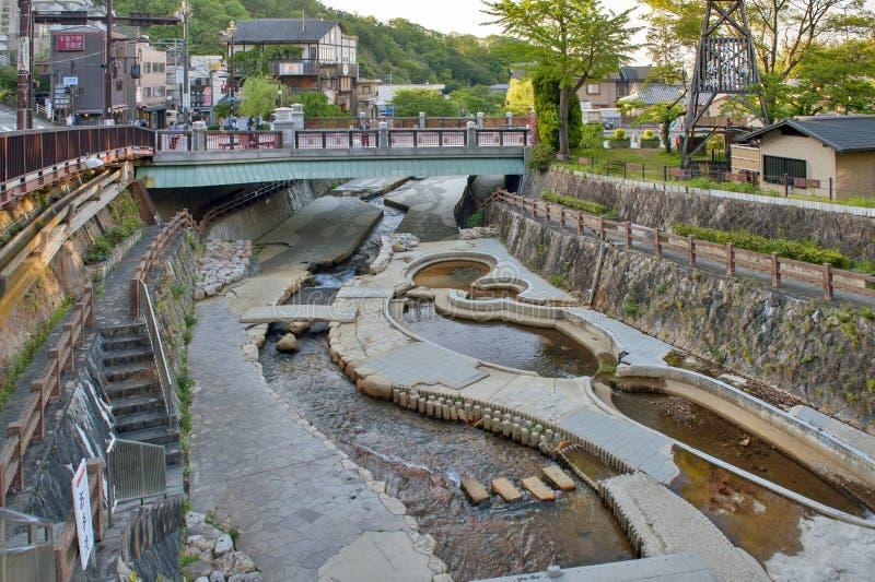 Stadskärna för passerande för ström för varm vår flödande av Arima Onsen i Kita-ku, Kobe, Japan royaltyfria foton