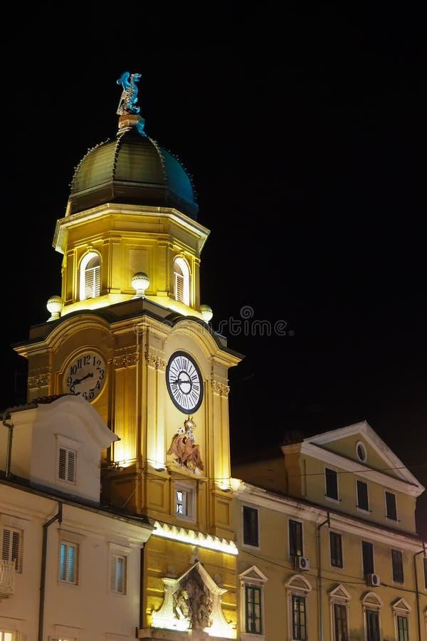 Stadsklockatorn av Rijeka, Kroatien, på natten arkivfoto