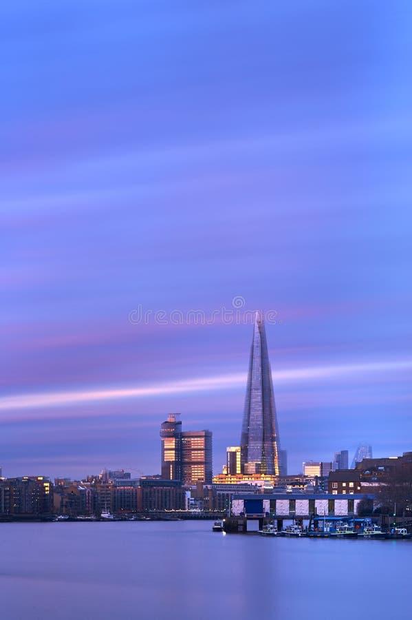 Stadskyline vid sunset och Shard på Thames royaltyfri foto