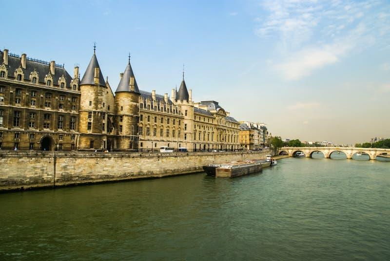 Stadslandschap met mening over de rivier, Parijs, Frankrijk stock foto's