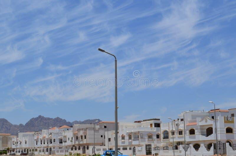 Stadslandschap met witte kleine vierkante huizen, plattelandshuisjes en huizen in de stad op de Arabische Moslim Islamitische str royalty-vrije stock afbeeldingen