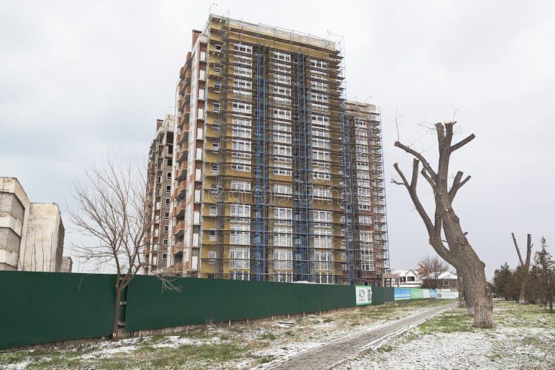 Stadslandschap met woningbouw met meerdere verdiepingen onder cons. stock afbeelding