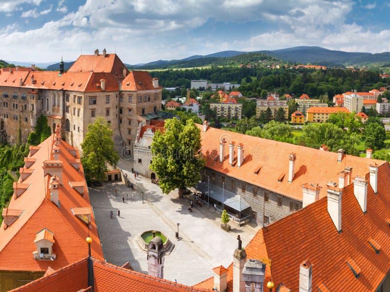 Stadslandschap, panorama - mening van het Kasteel van binnenplaatscesky Krumlov in de zomertijd stock foto's